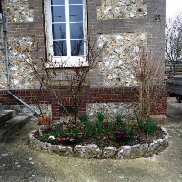 Avant (before) – Massif d'entrée - Le charme de la pierre et du design - Vert Iris